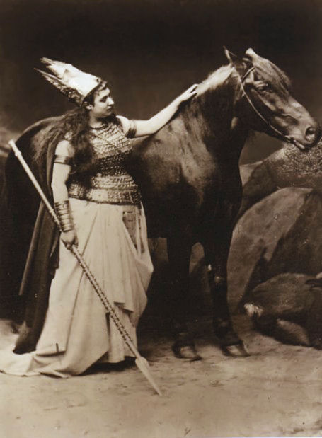 Amalia Materna, the first Bayreuth Brünnhilde with Cocotte, the first Bayreuth Grane ⓒ Joseph Albert