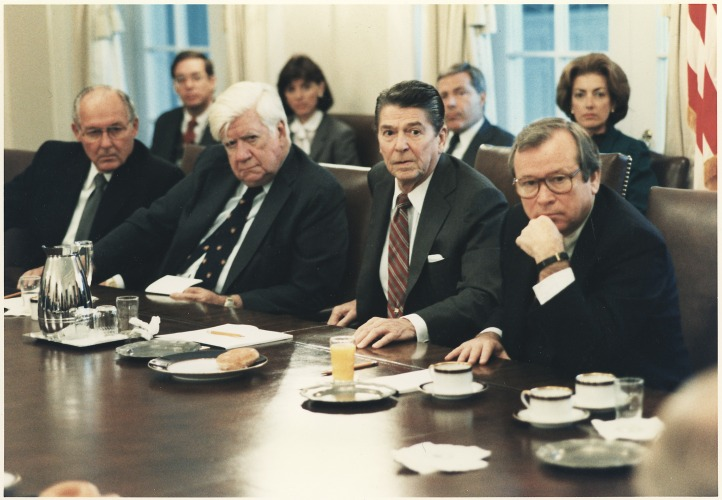 Photograph_of_President_Reagan_meeting_with_Congress_on_the_invasion_of_Grenada_in_the_cabinet_room_-_NARA_-_198539 (1)