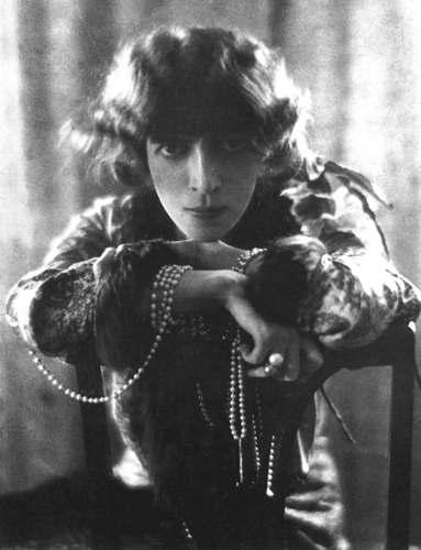 Pearls_with_Luisa_Casati_by_Adolf_de_Meyer_1912